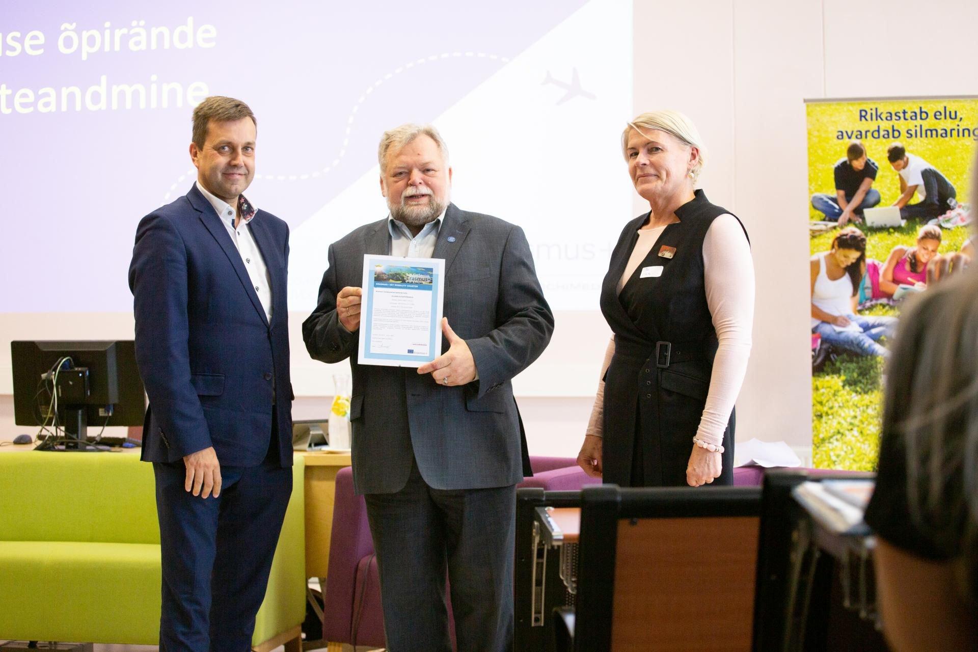 Viljandi kutseõppekeskuse nimel võttis harta vastu direktor Tarmo Loodus (keskes)